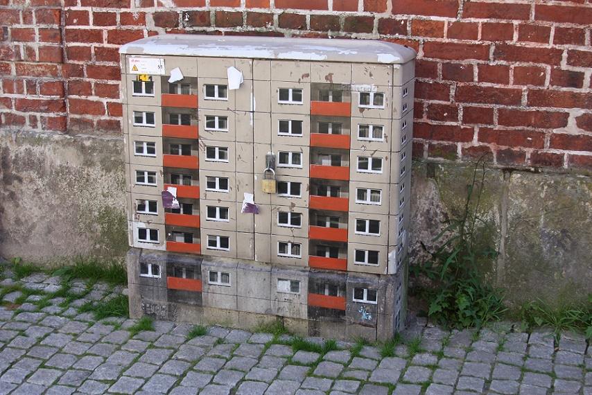 """Der Stencilart-Künstler """"Evol"""" gestaltete im Rahmen der """"ARTotale"""" in Lüneburg 2009 einen Stromkasten (Bild: Apostoloff, CC BY SA 3.0)"""