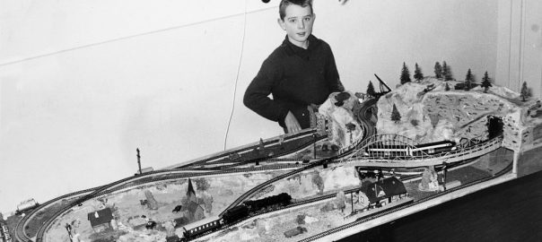 Falk Jaeger vor seiner Modellbahnplatte (Bild: privat)