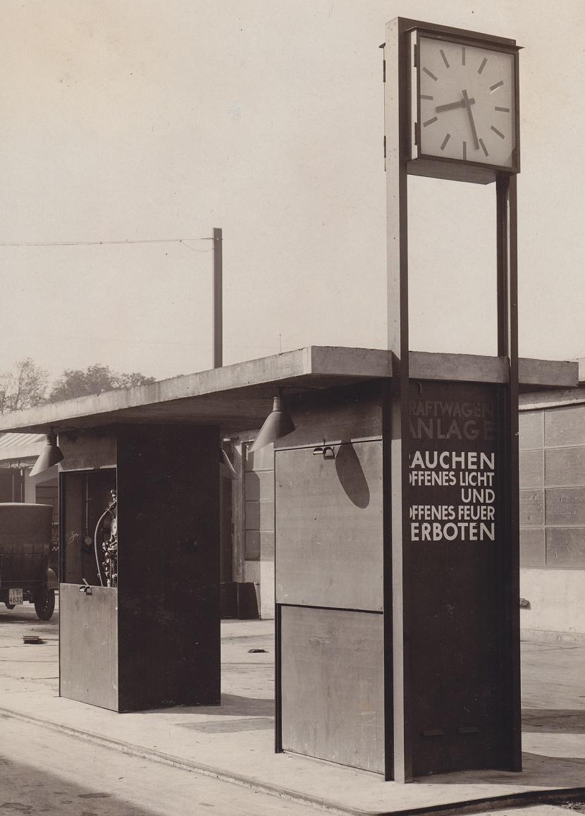 Großgarage der Frankfurter Automobildroschkengesellschaft, Tankstelle (© Privatarchiv Kramer, Foto: Hermann Collischonn, 1926)