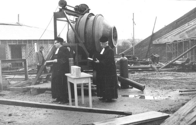 Wenn Pfarrer bauen: Grundsteinlegung für die Kölner Auferstehungskirche im Jahr 1965 (Bild: gemeinfrei)