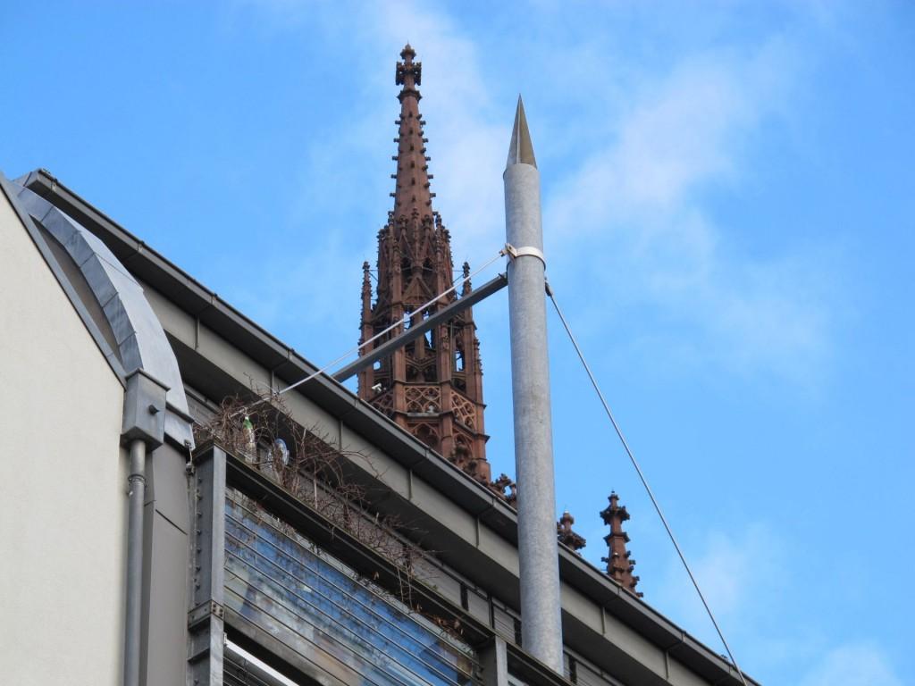 Himmelwärts: Fingerzeige neogotisch und postmodern, die Frankfurter Saalgasse (Bild Daniel Bartetzko)