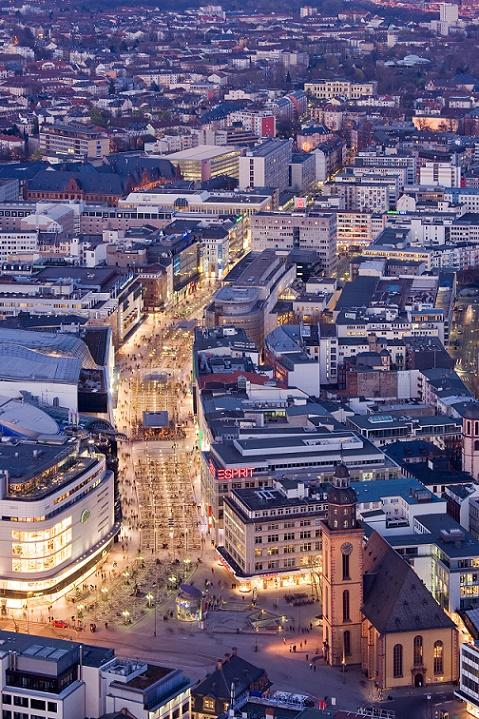 Frankfurt am Main, Zeil bei Nacht (Bild: Mylius, GFDL 1.2 oder FAL)