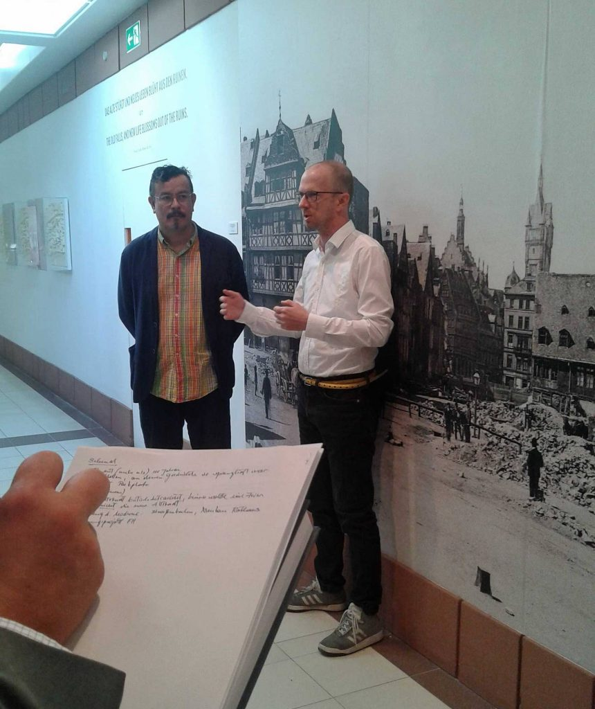 """Frankfurt, Peter Cachola Schmal und Philipp Sturm erläutern die DAM-Ausstellung """"Die immer neue Altstadt"""" (Bild: K. Berkemann, 2018)"""