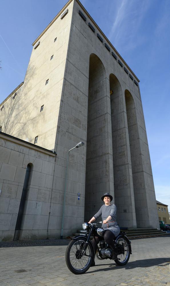 """Frankfurt, Karin Bekemann mit einer """"DKW RT 125"""" vor der Frauenfriedenskirche (Bild: Andreas Beyer)"""