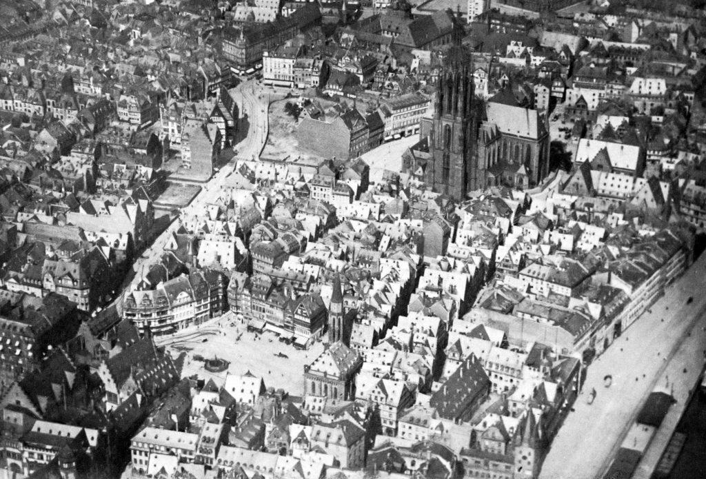 Frankfurt, die Altstadt aus dem Luftschiff heraus fotografiert, 1911 (Bild: gemeinfrei)