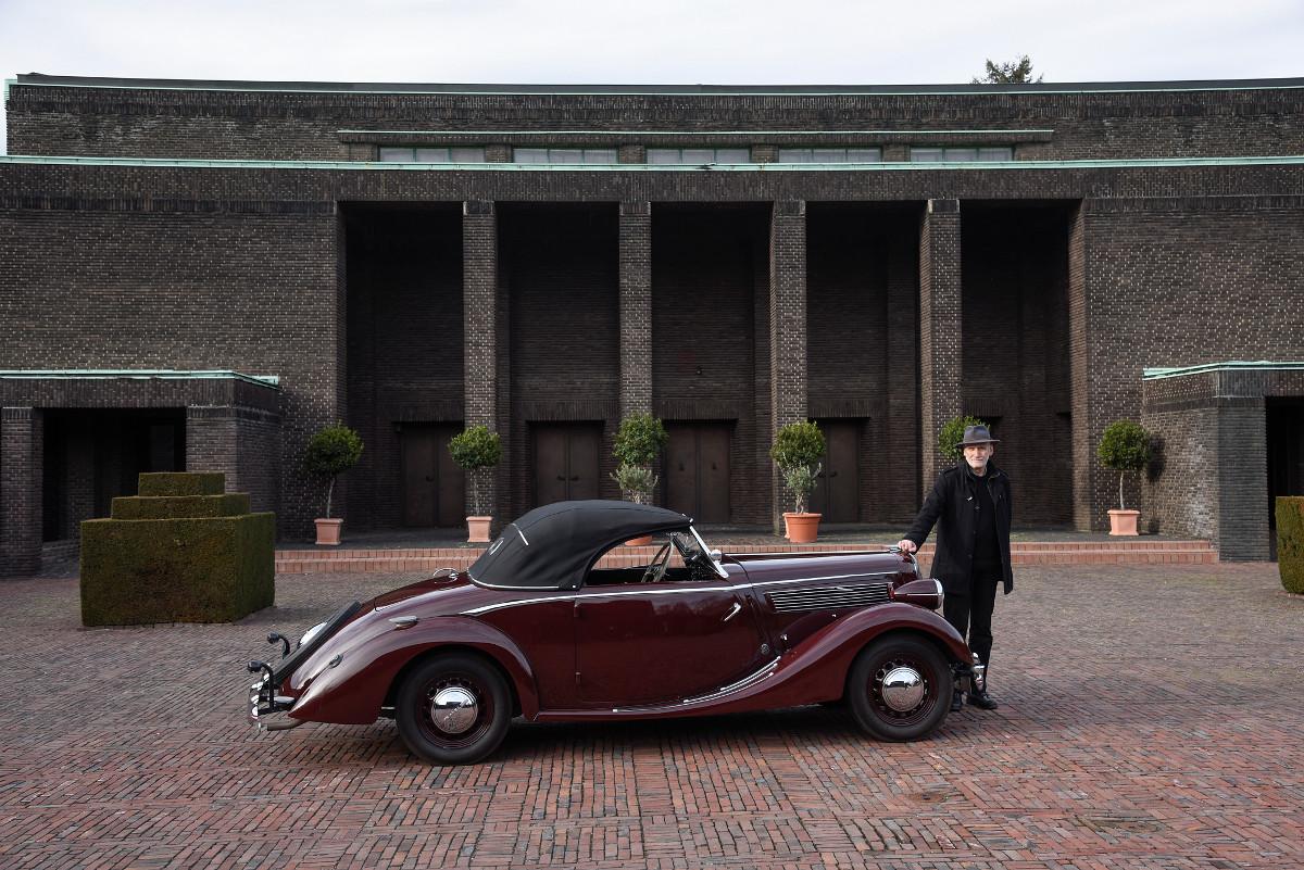 """Frankfurt, Wolfgang Voigt mit einem """"Opel Super 6"""" vor der Neuen Jüdischen Trauerhalle (Bild: Andreas Beyer)"""
