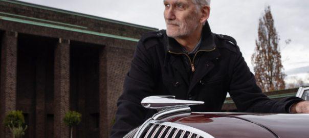 """Frankfurt, Wolfgang Voigt mit einem """"Opel Super 6"""" vor der Neuen Jüdischen Trauerhalle (Foto: Andreas Beyer)"""