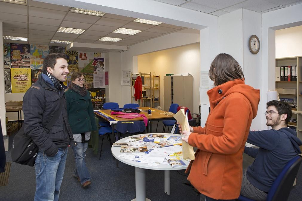 Zwei Jahre nach dem Einzug von Studierenden: Die Arbeitsräume – nun besetzt mit eigenen Zeichen, Symbolen, Zetteln und Plakaten – werden zu einem sozial erwärmten, personalisierten, vertrauensvollen Raum (Bild: Heide Fest, 2013)