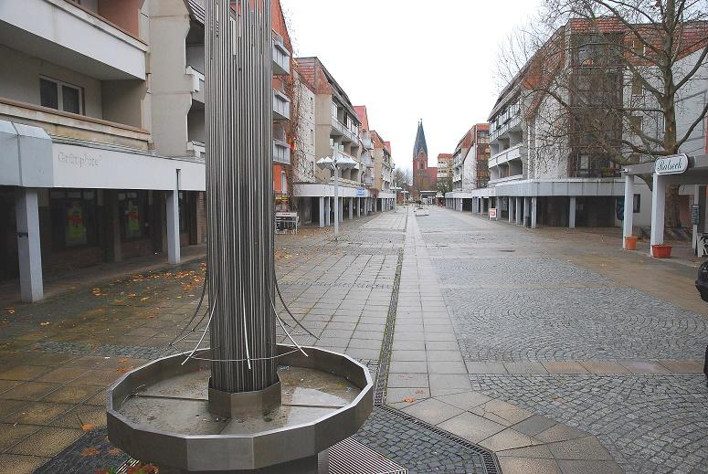"""Große Scharrnstraße in Frankfurt/Oder: einst das """"Herzstück des innerstädtischen Bauens"""", heute ein melancholischer Windfang (Bild: Heinz Köhler, 2010)"""