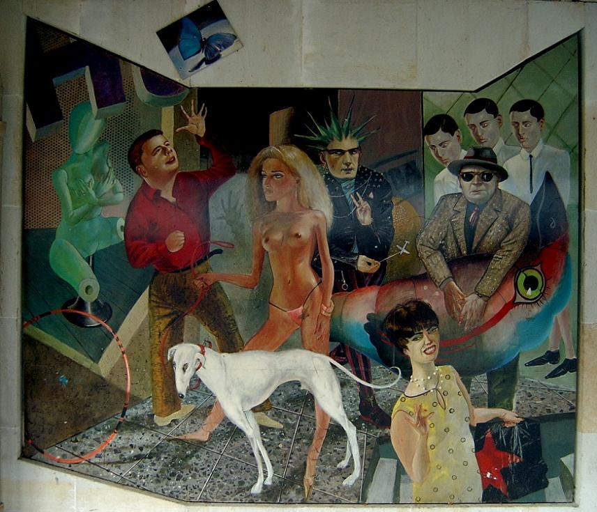 """Harald Schulze, Boulevardpassanten, 1988 Acryl auf  Aluminiumplatten an der Wand eines Hauses der Großen Scharrnstraße. Die mysteriös zusammengesetzte Gruppe ist stets mit dem Rückblick auf die offizielle """"Agitprop"""" als Gegenstück zur abgedroschenen Symbolik des Arbeiter- und Bauernstaates (s. Abb. 6) zu verstehen. Die hier dargestellte Welt ist alles andere als heil und bieder. In dem expressionistisch anmutenden Gemälde wird eine kritische Stimmung deutlich, die im Vorjahr der Wende präsent war. Es ist verwunderlich, dass ein derart sozialkritisches Bild in bester Zentrumslage geduldet wurde (Bild: wikimedia, CC, Sicherlich, 2006)"""