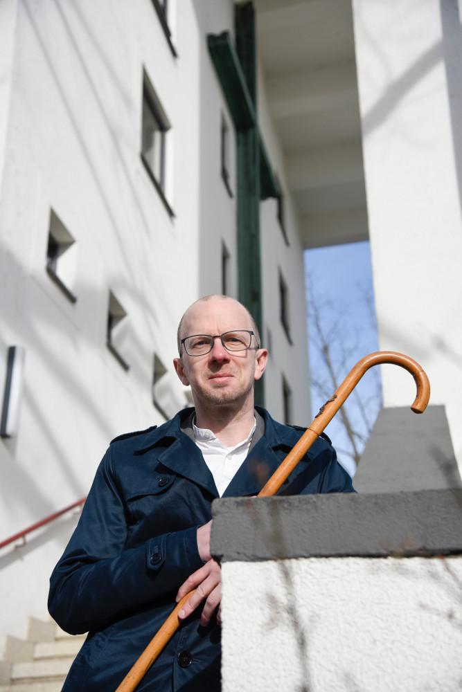 Frankfurt-Niederrad, Philipp Sturm mit historischem Spazierstock vor dem Paul-Gerhardt-Gemeindehaus (Bild: Andreas Beyer)