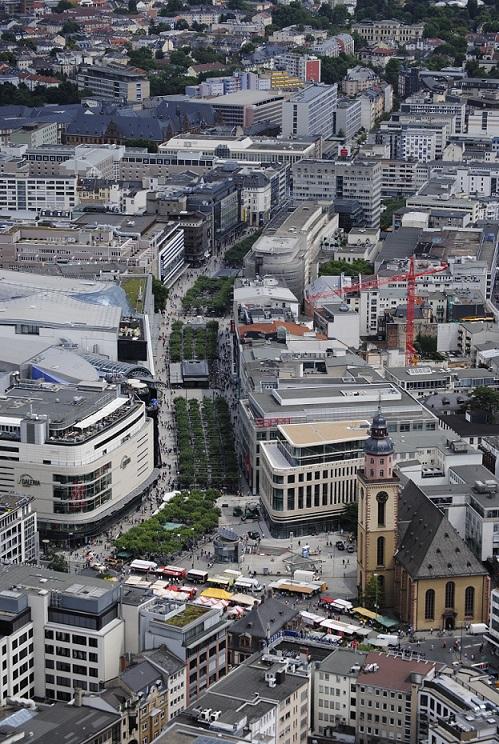 Die Frankfurter Zeil aus der Luft - von der Haupt- bis zur Konstablerwache (Bild: Daviidos, CC BY-SA 4.0)