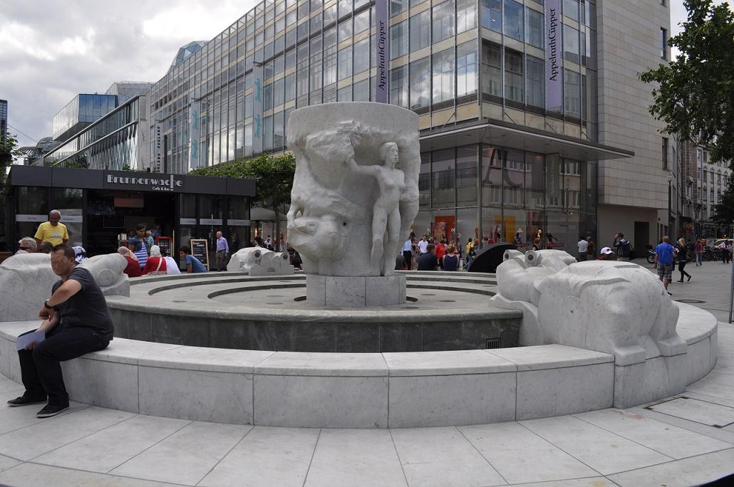 Der Frankfurter Brockhaus-Brunnen auf der Zeil (Bild: Karsten Ratzke, CC0)