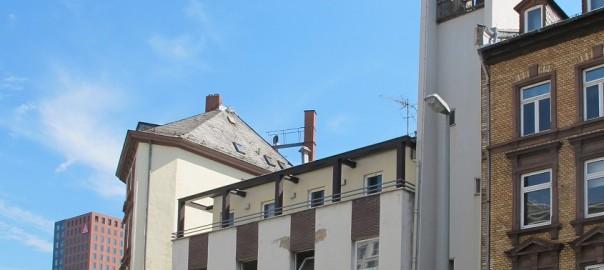 UMNUTZUNG: Frankfurt am Main-Gutleutviertel, ehemalige Gutleutkirche (1908/58, Entwidmung 2012), vorübergehende Nutzung als Flüchtlingsunterkunft in kirchlicher Trägerschaft, bevorstehender Umbau zum Jugendhaus