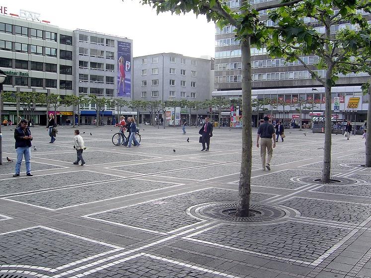 """Für die darunterliegende U-Bahnstation wurde der Platz """"Konstablerwache"""" wie ein Podest um einige Stufen angehoben (Bild: Melkom, CC, 2005)"""