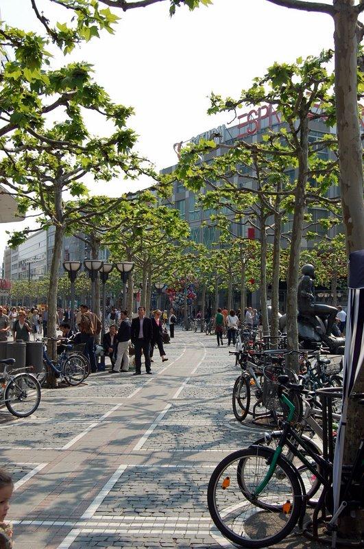 Frankfurt am Main, Zeil, 2009 (Bild: Alecconnell, GFDL oder CC BY 3.0)
