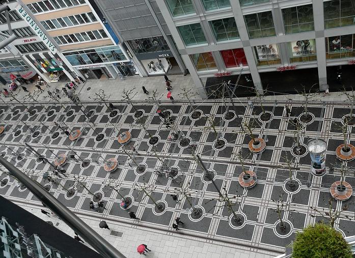 Blick auf die neue Pflasterung der Frankfurter Zeil (Bild: Frank C. Müller, CC BY-SA 4.0)