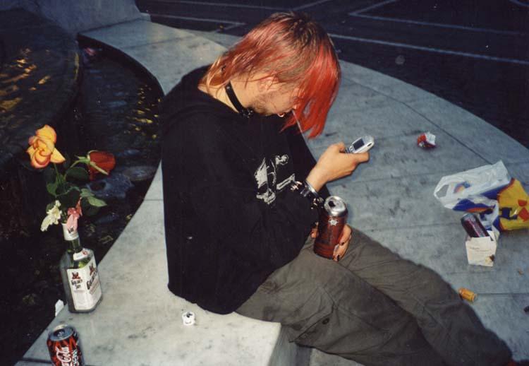 Punk am Frankfurter Brockhaus-Brunnen auf der Zeil (Bild: Sigurdas, CC BY 2.0)