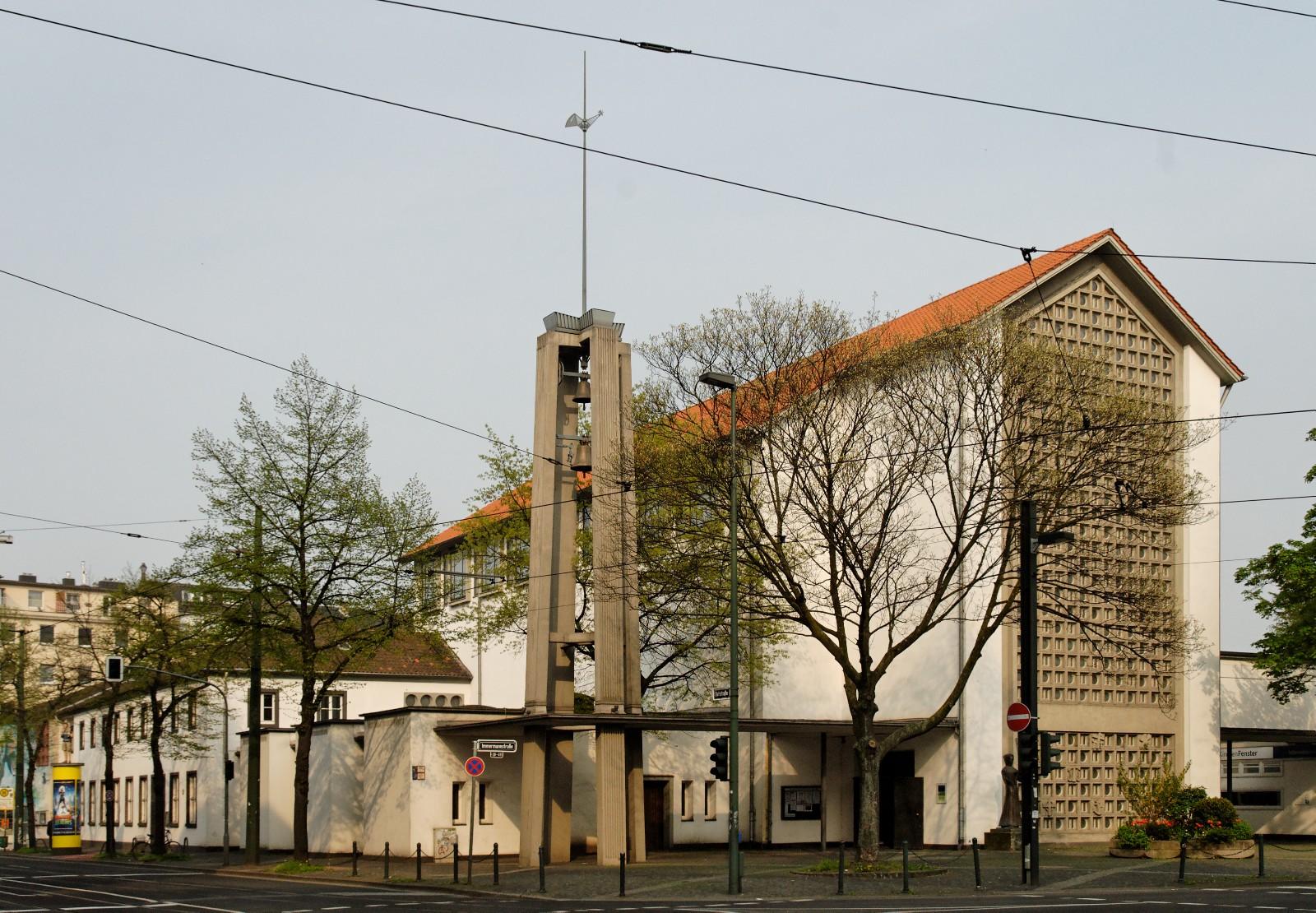 Eine Kunstausstellung ist die letzte Veranstaltung im Franziskanerkloster Düsseldorf, das 2016 abgerissen wird (Bild: Wiegels, CC BY-SA)
