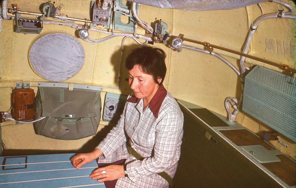 Galina Balaschowa 1975 im Prototyp der Raumkapsel Sojus 19 (Bild: © Archiv Galina Balaschowa)