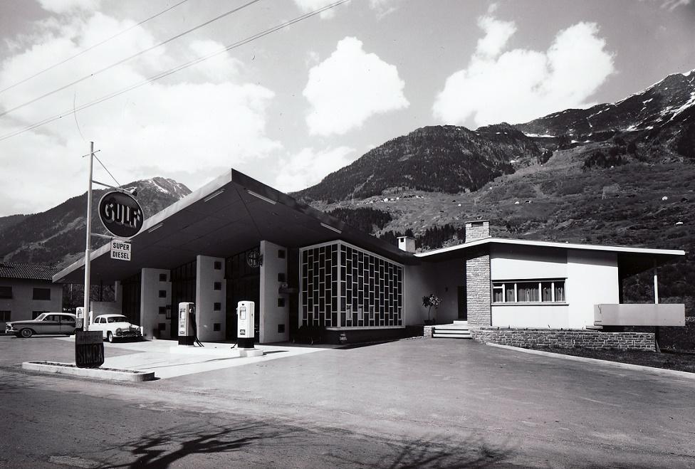 Garage mit Tankstelle und Einfamilienhaus in Ambri, Architektur F.lli Guiscetti, 1957 (Foto: Willi Borelli, Airolo)