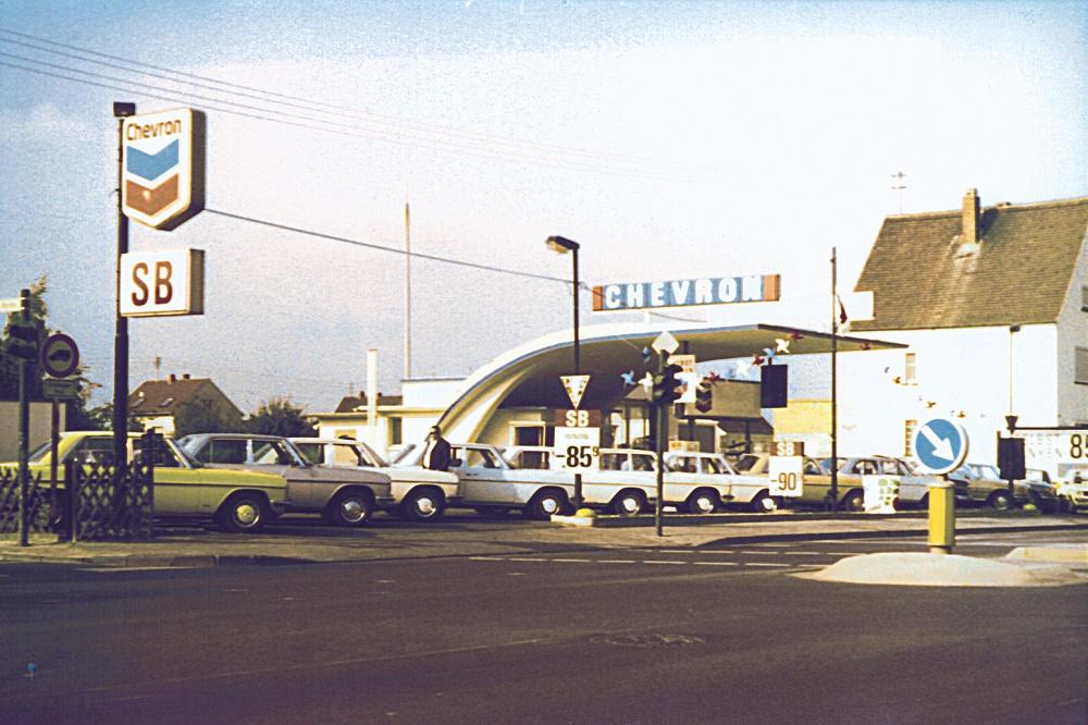 """Gießen, ehemalige Caltex-Tankstelle, in den 1970er Jahren von """"Auto Schach"""" auf """"Chevron"""" umgeflaggt (Bild: Auto Schach, Wetzlar)"""