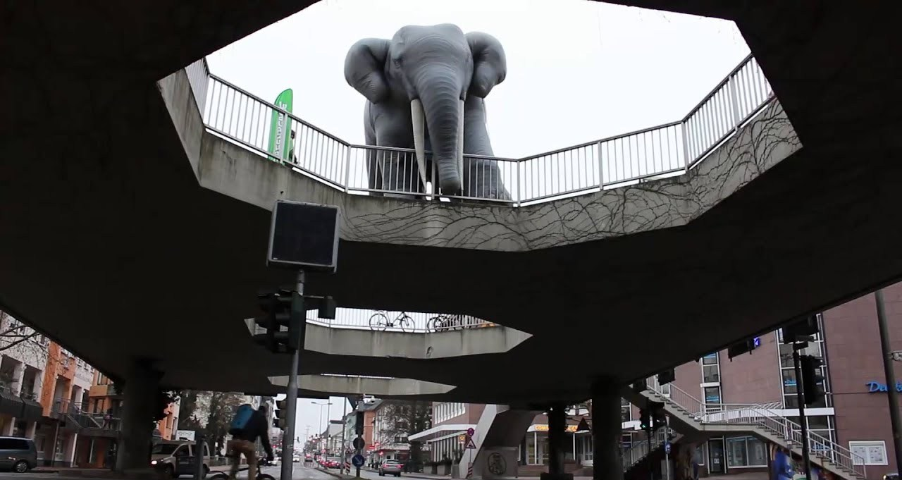 Gießen, Fußgängerüberführung/sog. Elefantenklo während einer Greenpeace-Aktion (Bild: youtube-Still)