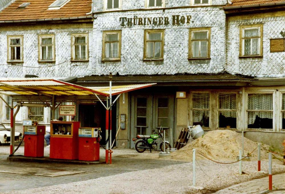 "Gotha, Minol-Tankstelle vor dem ehemaligen Hotel ""Thüringer Hof"" (BIld: Felix Ol, CC BY SA 2.0, August 1989)"
