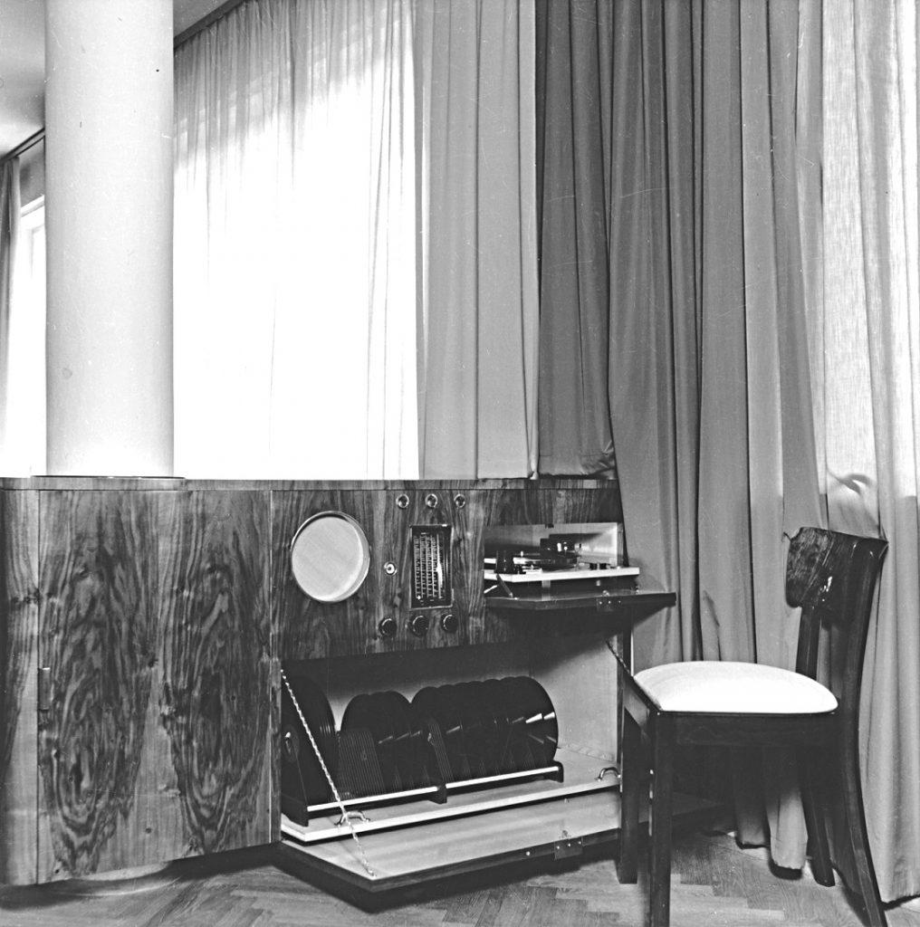 Das Haus Albrecher-Leskoschek in Graz: Zum Interieur gehörte auch ein Plattenspieler (Bild: Sammlung Heimo Halbrainer, Nachlass Max v. Wikullil, Graz)