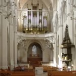 Der zweite Raumschwerpunkt unter der Orgelempore: die Bühne für die Kirchenmusik im Greifswalder Dom (Bild: Tilman2007, CC BY SA 3.0)