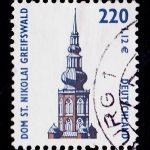 Briefmarkentauglich: Die doppelt geschwungene Turmhaube des Greifswalder Doms schaffte es 2001 auf ein Postwertzeichen (Scan: MV23, via wikimedia.commons)