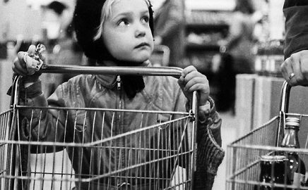 Der junge Blick auf die die neue Warenwelt: der 8. Mai in der Greifswalder Kaufhalle (Bild: Lothar Wölfel)