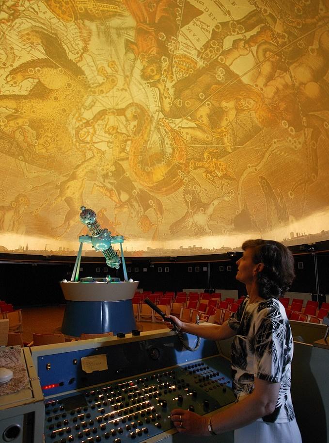 """Astronomie-Vorführung mit dem """"Spacemaster""""-Projektor im ehemaligen Raumflug-Planetarium """"Sigmund Jähn"""", zeitgenössische Fotoaufnahme (Bild: Stadt Halle (Saale), Thomas Ziegler)"""