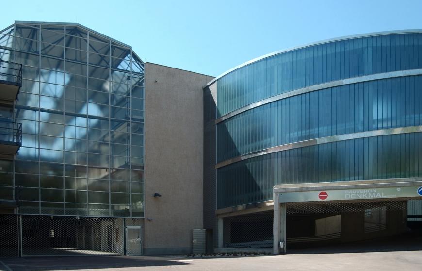 Heute fügt sich an die moderne Großgarage ein zeitgenössischer Rampenbau an (Bild: Architekturbüro Heinze)