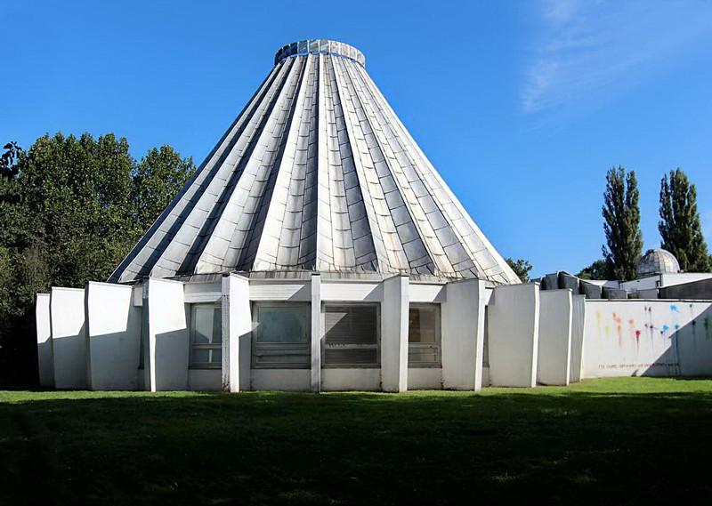 Das hochwassergeschädigte Planetarium auf der Peißnitzinsel in Halle (Saale) steht seit Juni 2015 unter Denkmalschutz (Bild: Knut Mueller)