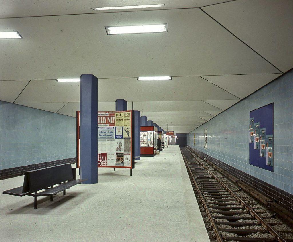 """Hamburg, Haltestelle """"Wandsbeker Chaussee"""" (noch ohne den durchlaufend horizontalen, schmalen, weißen Streifen mit dem wiederkehrenden Haltestellennamen), Fritz Trautwein, 1962, Schalterhalle (Foto: Archiv der Hamburger Hochbahn)"""