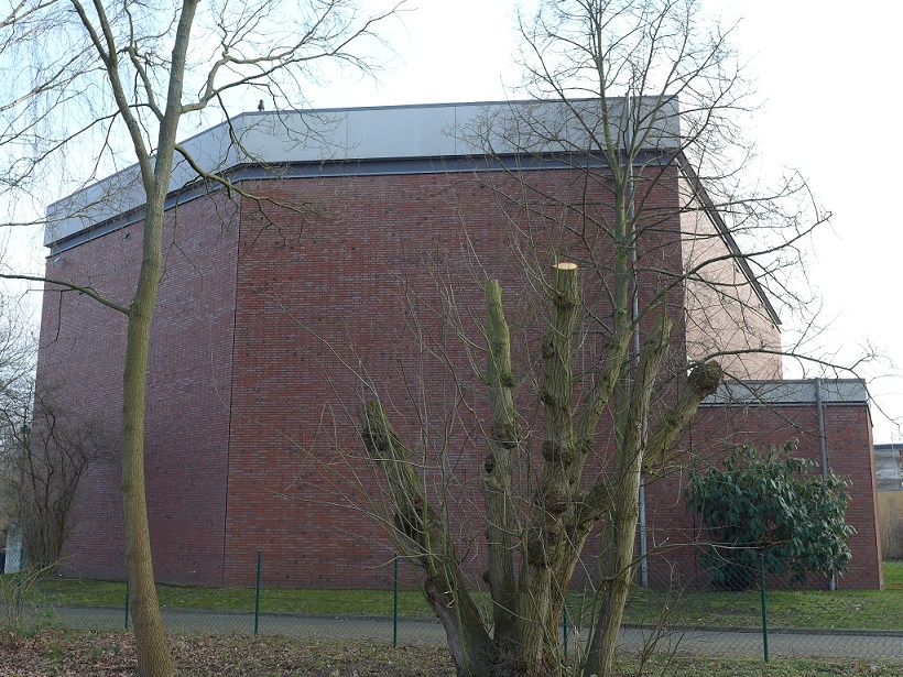 Teilabriss und Umnutzung: Hannover-Hainholz, ehem. Ansgarkirche (1965, Turm niedergelegt 2001 und in der Folge als landeskirchliches Außenmagazin genutzt, kein Denkmalschutz) (Bild: Gikripolk, CC BY SA 4.0)