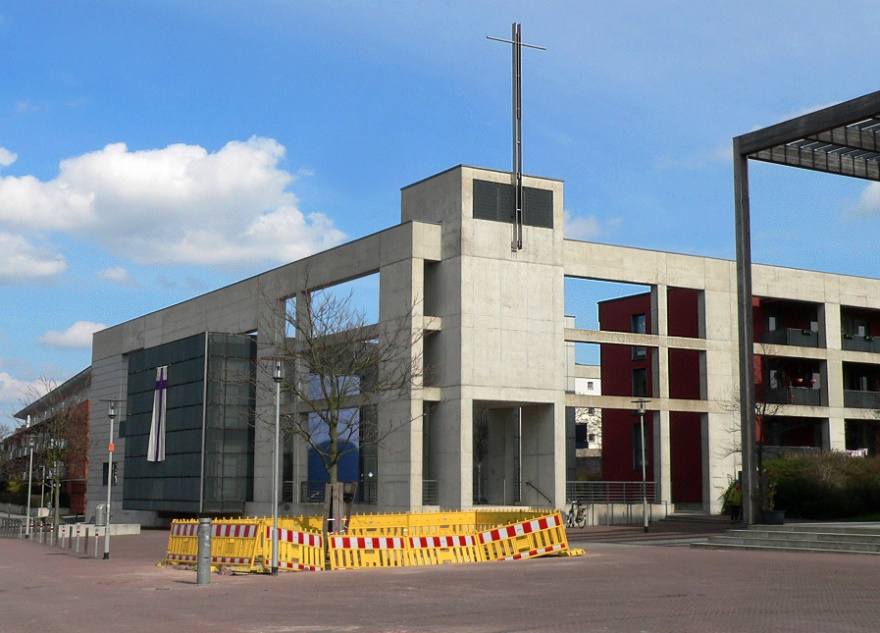 """Eine der vier nach 1980 entstandenen Kirchen, die für eine spätere Bewertung """"vorgemerkt"""" wurden: Hannover, Kirchenzentrum Kronsberg (Bernhard Hirche, 2000, errichtet im Rahmen der Expo) (Bild: Axel Hindemith, via Wikimedia Commons)"""