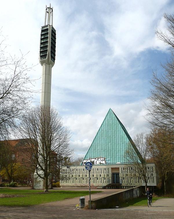 Unter den 11 geschützten Nachkriegskirchen: Hannover-Linden, Gerhard-Uhlhorn-Kirche (Reinhard Riemerschmid, 1963, seit 2012 entwidmet) (Bild Axel Hindemith, via Wikimedia Commons)