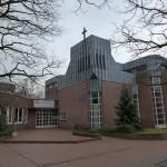 """Eine der vier nach 1980 entstandenen Kirchen, die für eine spätere Bewertung """"vorgemerkt"""" wurden: Hannover-Oderbruch, Dietrich-Bonhoeffer-Kirche (Gudrun und Klaus Vogel, 1981) (Bild: Burzgojv, CC BY SA 4.0)"""
