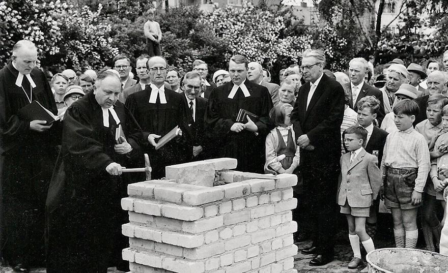 Unter Denkmalschutz, seit 2012 entwidmet: Hannover-Stöcken, Grundsteinlegung zur Corvinuskirche am 19. Juni 1960 (Bild: Börner (Archiv Börner), FAL)