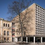 Hannover, Audimax-Anbau (1958) an der Ostseite des Hauptgebäudes der Universität (Bild: Christian Schröder, CC BY SA 3.0)