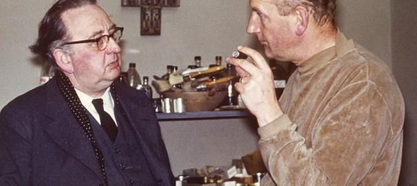 Der Sobernheimer Pfarrer Heinz Berkemann trifft 1963 den Glasmaler Georg Meistermann in dessen Karlsruher Atelier (Bild: privat)