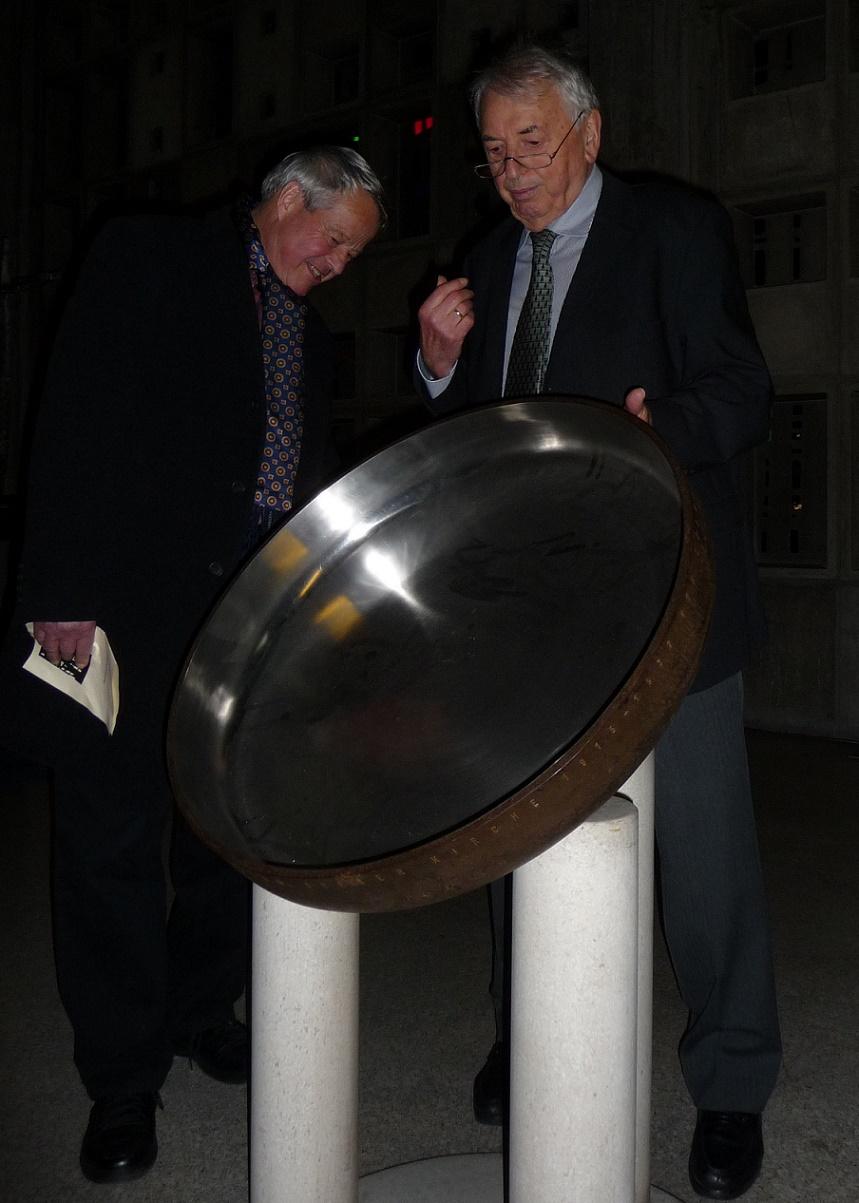 Helmut Striffler erläutert das Taufbecken der von ihm entworfenen Mannheimer Trinitatiskirche (Bild: Immanuel Giel, gemeinfrei)