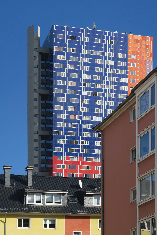 Über allen Gipfeln ... ist Farbe! Das Herkules-Hochhaus kann alles außer Grau (Bild: Uta Winterhagher)