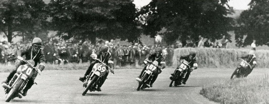 Der Rausch der Geschwindigkeit bestimmte den Hockenheimring - hier die Stadtkurve im Jahr 1936 - von Anfang an (Bild: Hockenheimring, 1936)