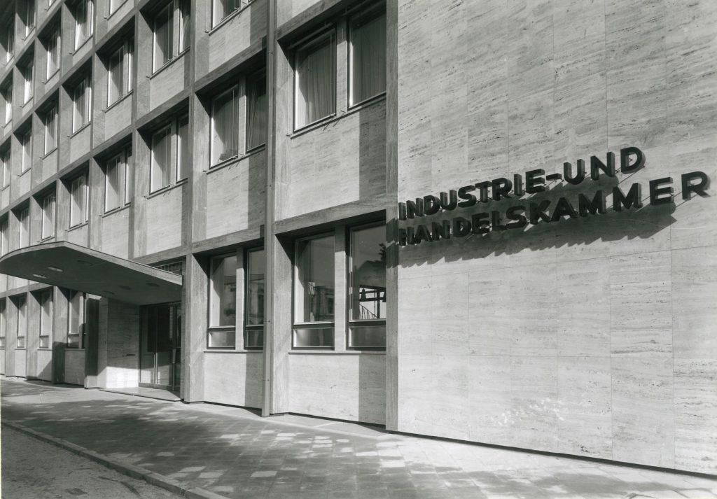 Karlsruhe, IHK-Verwaltungsgebäude (Foto: wohl Erich Bauer, Karlsruhe, Quelle: SAAI | Archiv für Architektur und Ingenieurbau Karlsruhe am Karlsruher Institut für Technolgie, Werkarchiv Backhaus & Brosinsky)