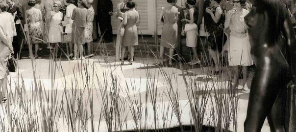 Innenhof Garderobengebäude während eines Apéros (Quelle: Privatalbum Fred Hausheer (Direktor der Bürgenstock-Hotellerie in den 1960er Jahren))