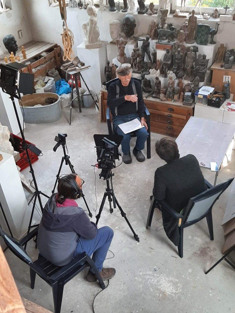 Der Berliner Bildhauer Ulrich Jörke im Gespräch mit Karin Berkemann, gefilmt von Enkidu Leyendecker, in seinem Berliner Atelier (Bild: Daniel Bartetzko, 2019)