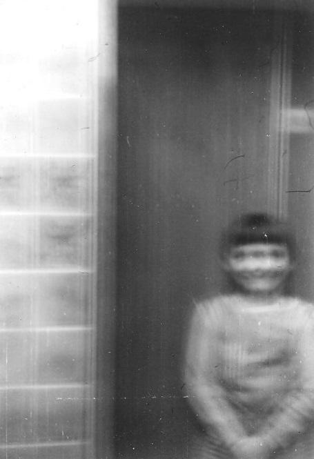 Jan Langer 1988 vor einem Aufzug in der Klinik Waren (Copyright: Jan Langer)